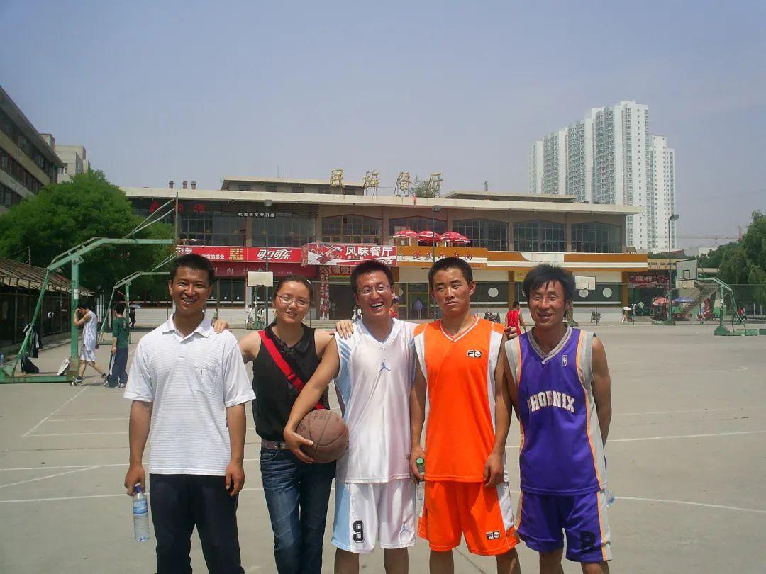 陈红军(左起第一位)参加学校篮球赛