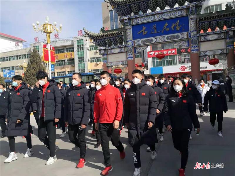 新春佳节,国家越野滑雪集训队在会宁接受爱国主义教育。