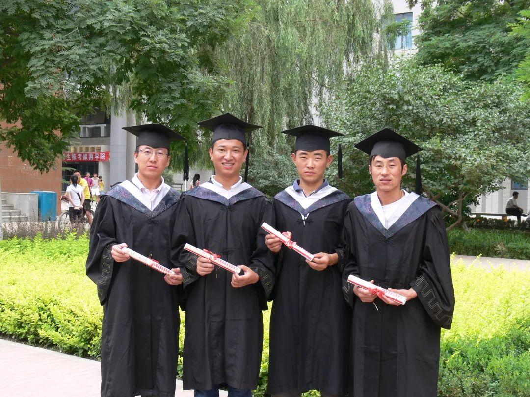 陈红军(左起第二位)毕业留影
