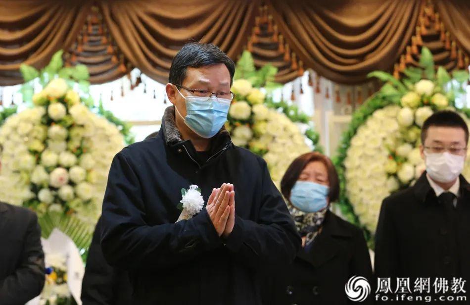 中国社会科学院哲学研究所成建华教授送别黄心川先生(图片来源:凤凰网佛教)