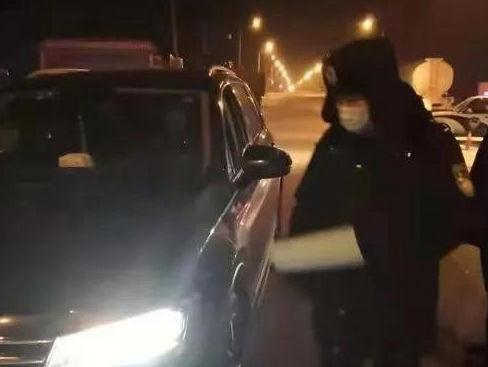 王琦在出入城卡点进行车辆排查。(呼兰区区委宣传部供图)