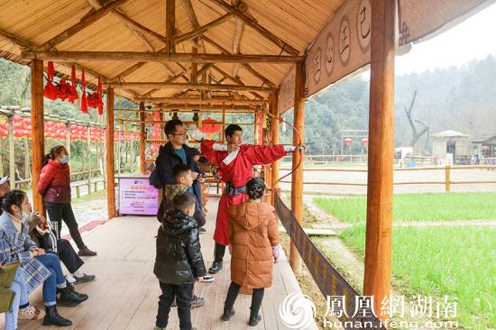 在秦谷饮马居,骑一回马,射一把箭,体验中国古老的骑射文化