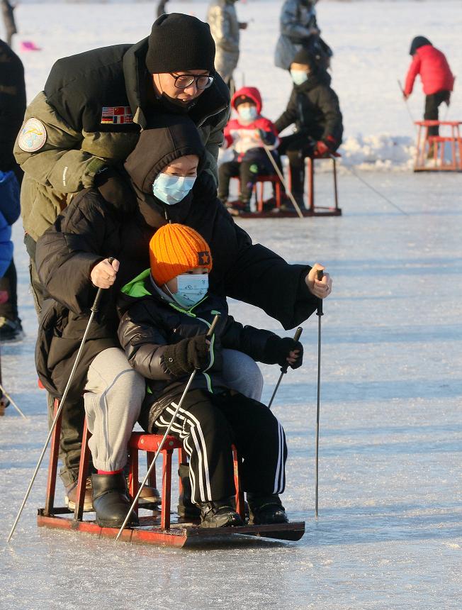 一家人玩冰车。