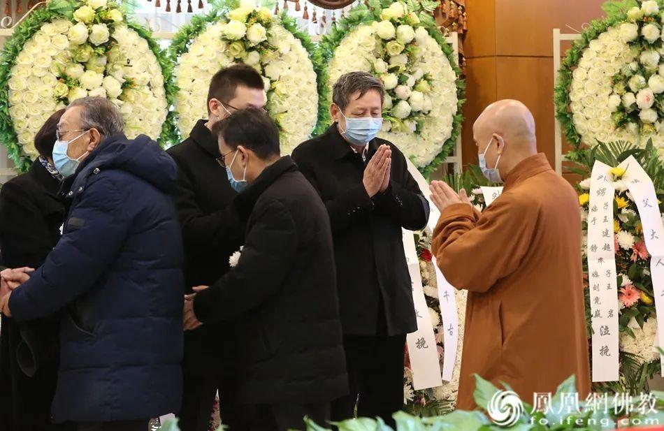 演觉法师向黄心川先生家属表示慰问(图片来源:凤凰网佛教)