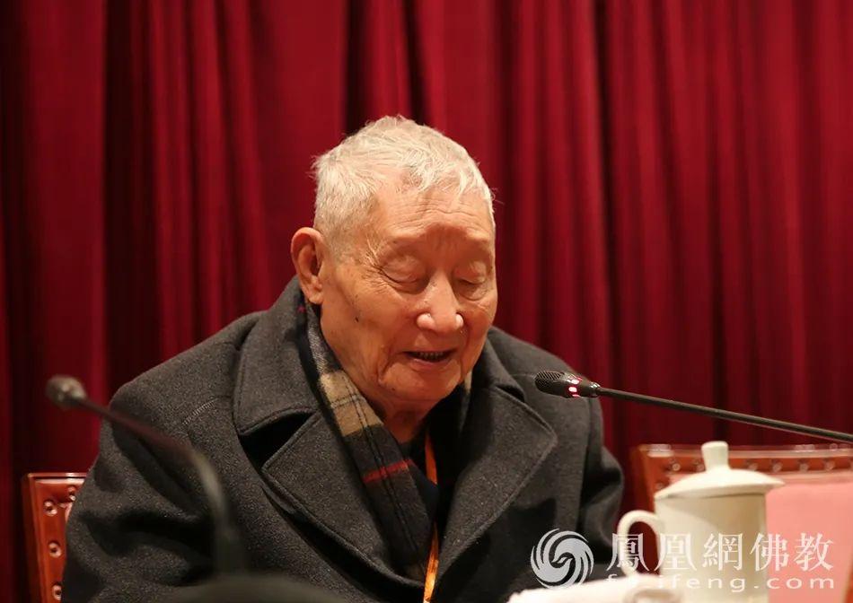 2016年11月12日,黄心川先生在第二届华严学术研讨会上发言(图片来源:凤凰网佛教)