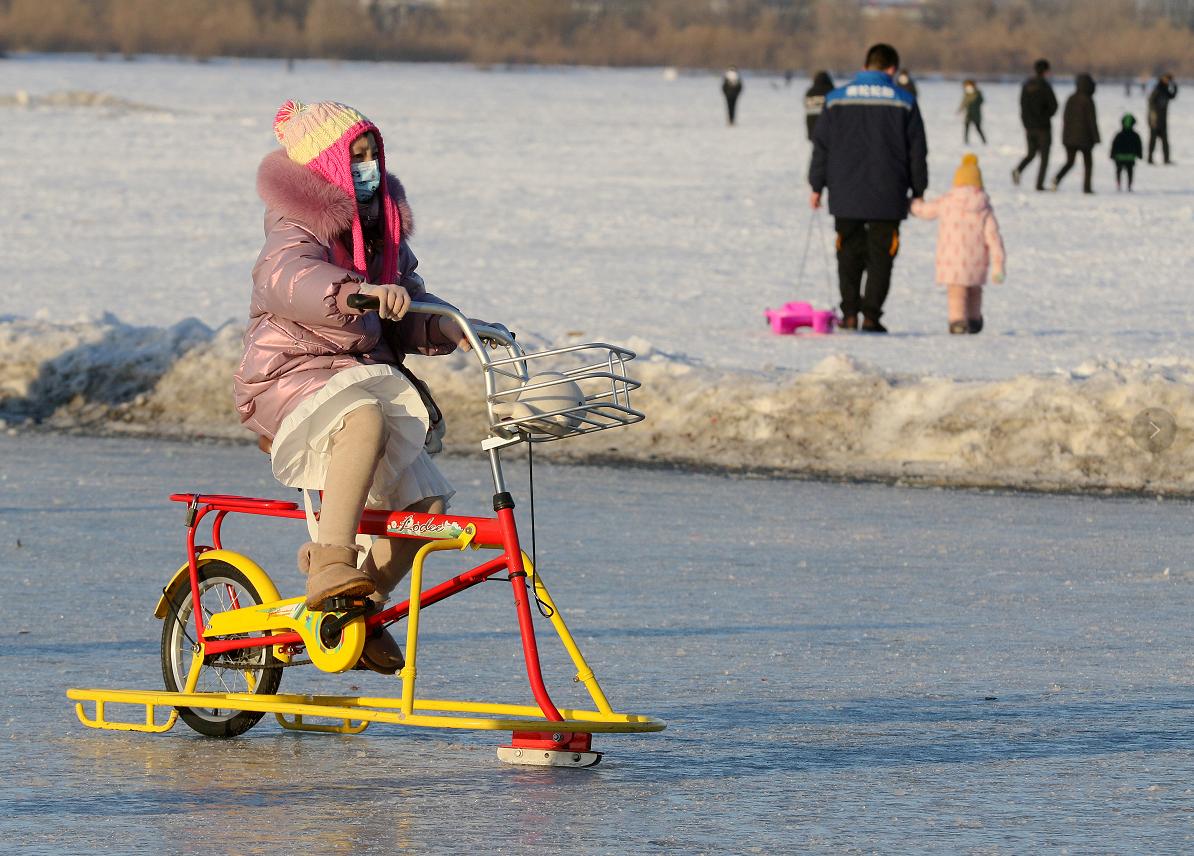 小孩骑雪地自行车。