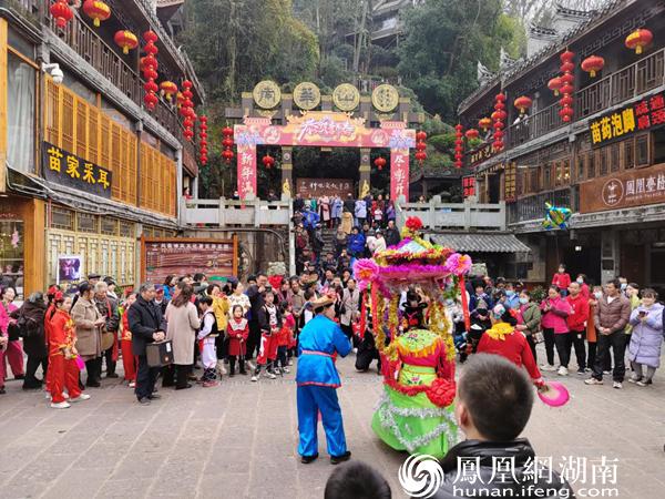 南华山神凤文化景区热闹非凡。