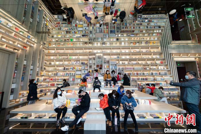 """2月10日,随着中国网红书店""""钟书阁""""太原店开启试营业,当地掀起一阵春节""""读书热""""。 韦亮 摄"""