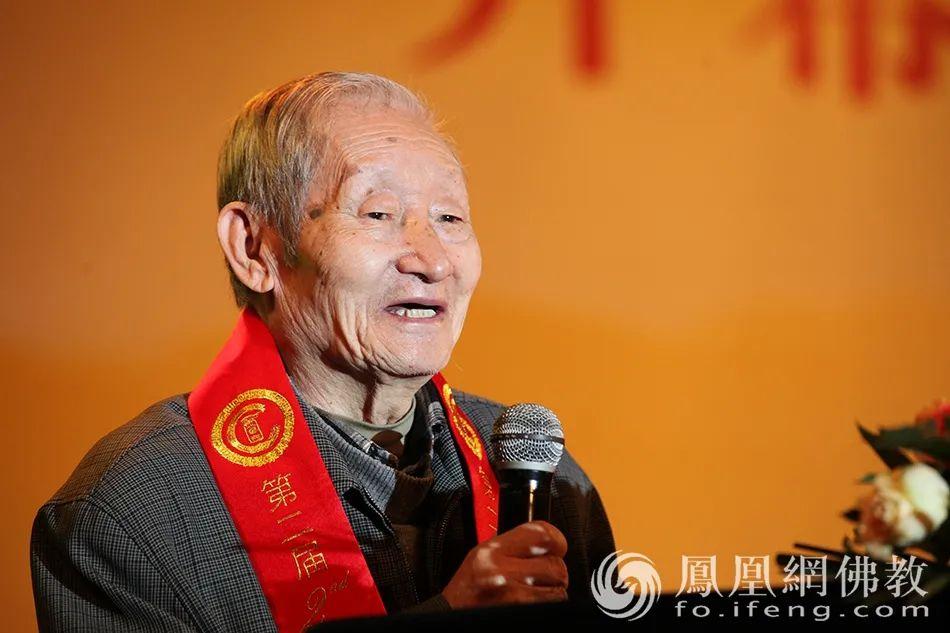 2013年10月25日,黄心川先生在第二届中华佛教宗风论坛上致辞(图片来源:凤凰网佛教)