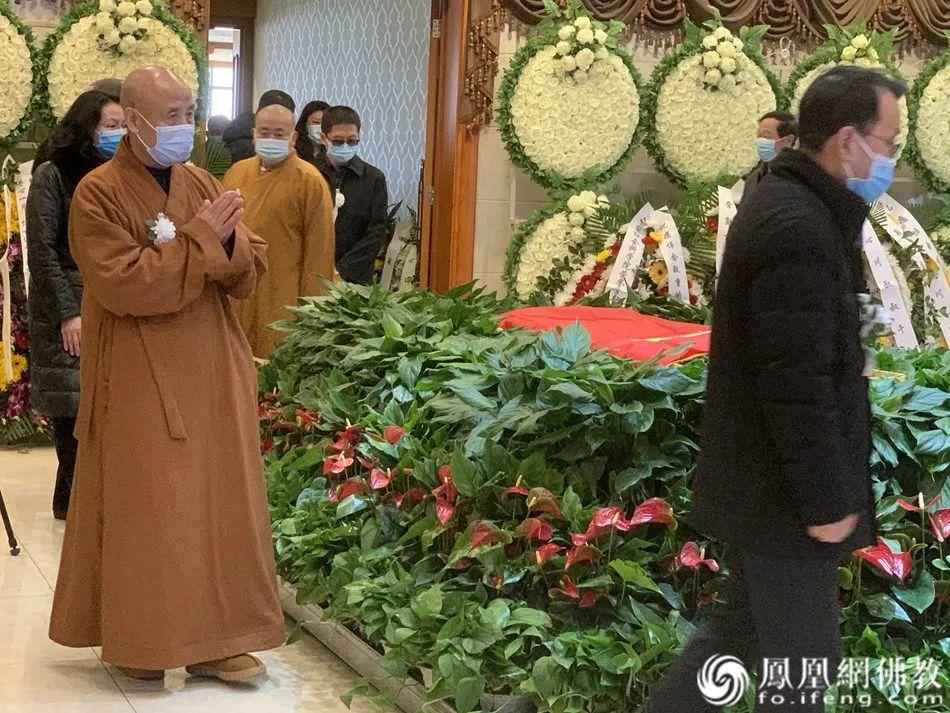 中国佛教协会会长演觉法师送别黄心川先生(图片来源:凤凰网佛教)
