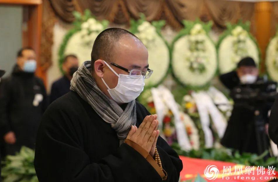 中国佛教协会综合研究室主任明杰法师送别黄心川先生(图片来源:凤凰网佛教)