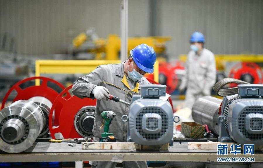 在中汽(天津)汽车装备有限公司车间,工人在进行零件集成作业(2月14日摄)。