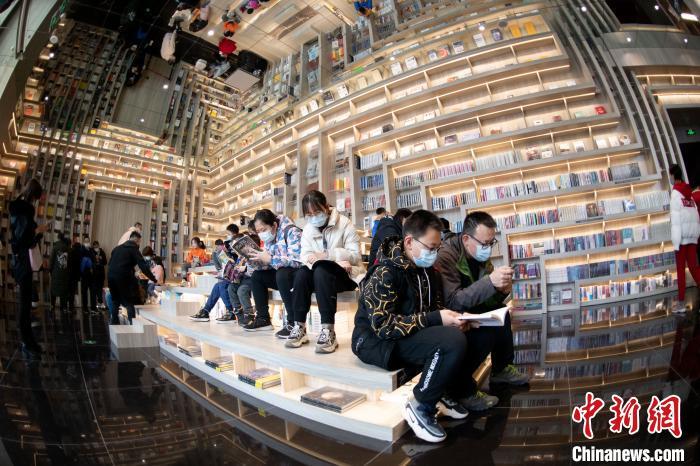市民们坐在台阶上阅读。 韦亮 摄