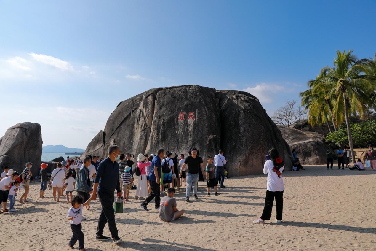 图:春节假期,天涯海角游览区吸引不少游客前来观光游览