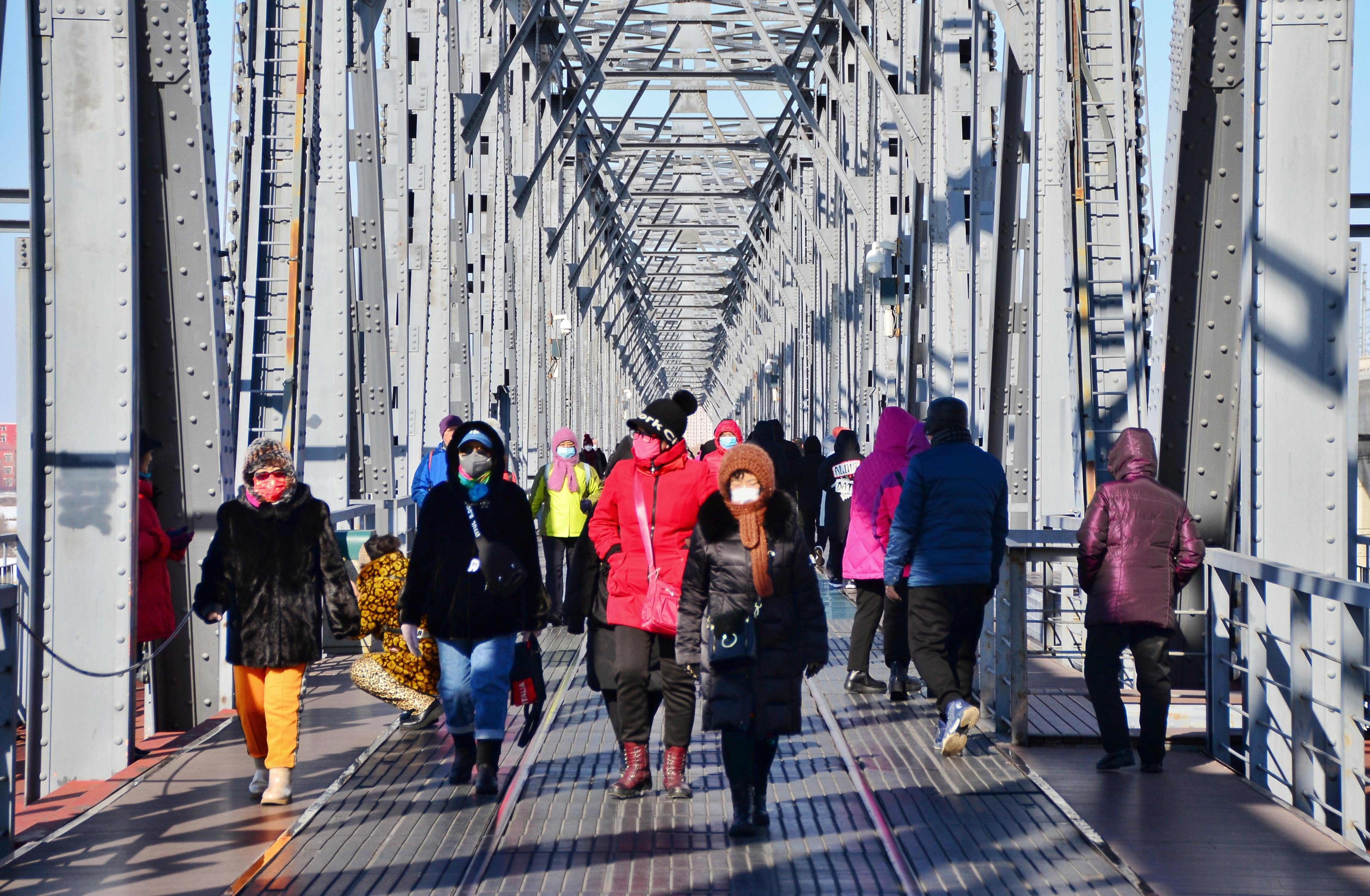 桥上漫步。