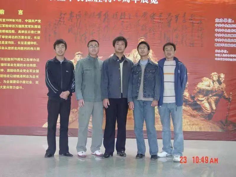 陈红军(正中)在校时与同学参观展览
