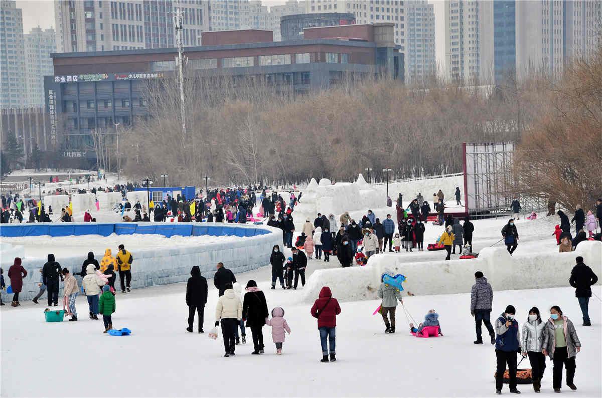上冰雪游人众多。