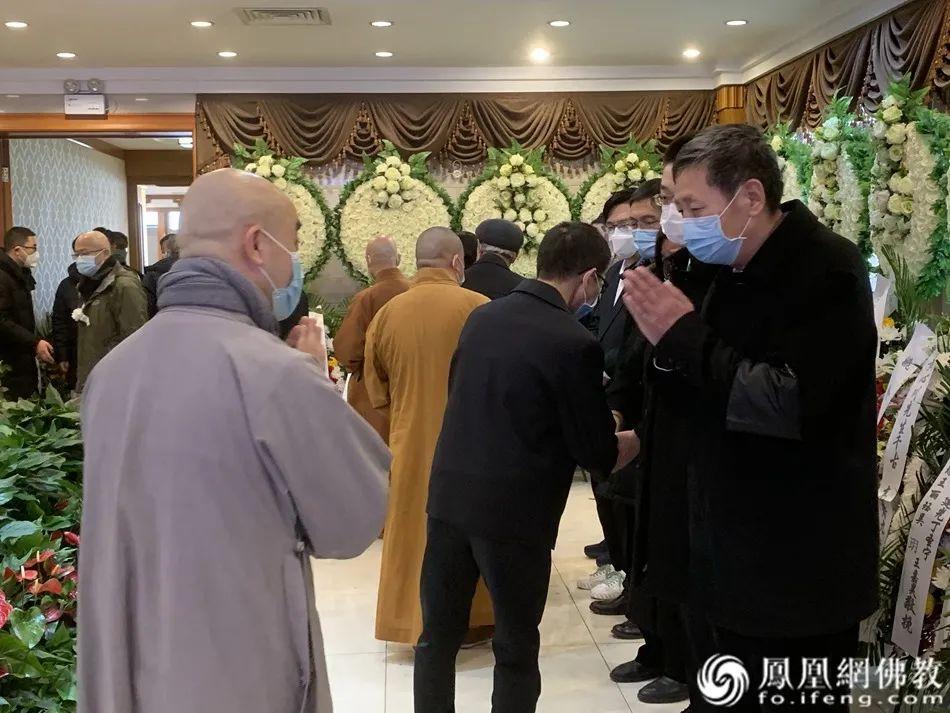 中国佛教协会驻会副会长宗性法师送别黄心川先生,并向黄心川先生家属表示慰问(图片来源:凤凰网佛教)