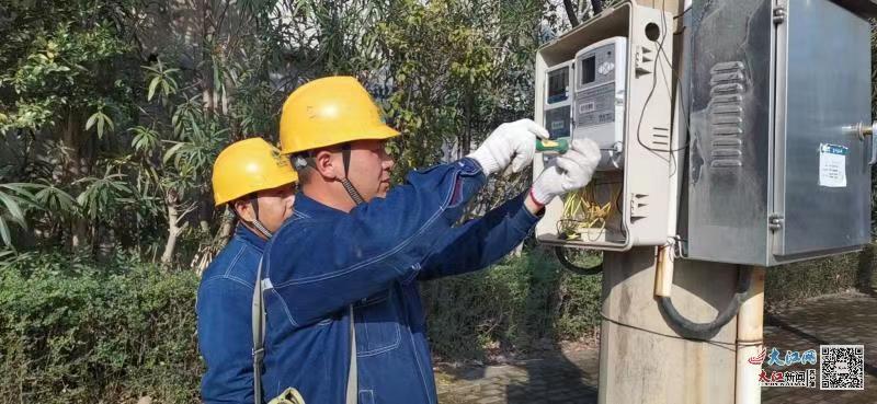 2月13日,国网江西上犹县供电公司组织员工对园区客户设备进行安全用电检查