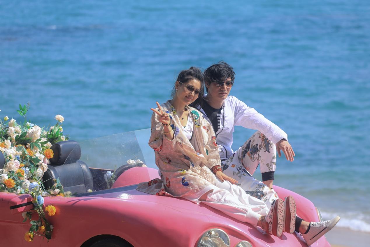 图:春节假期,不少游客在天涯海角婚拍基地拍照打卡