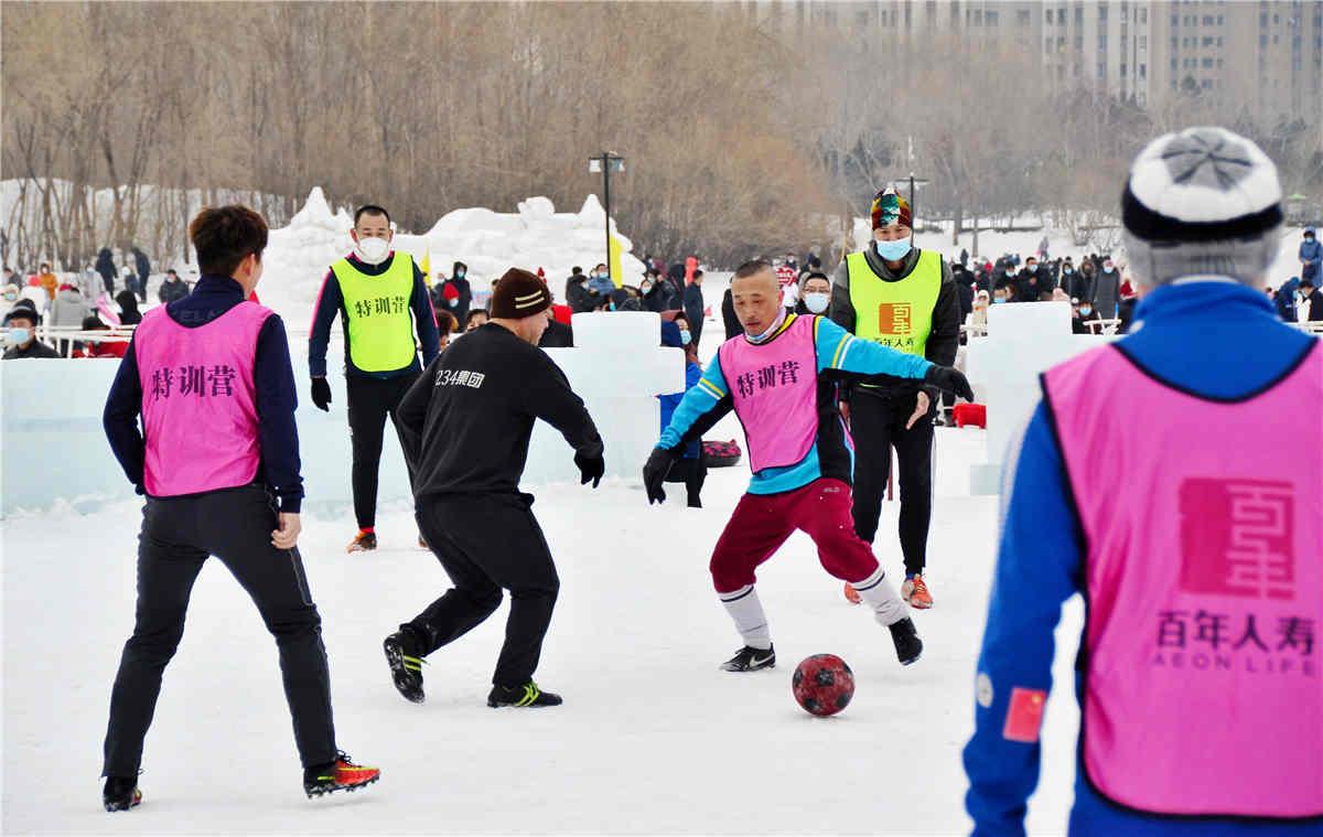 雪地踢球。