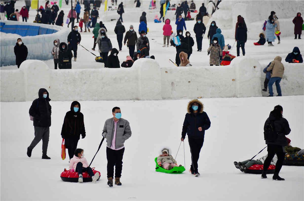 """带着""""神兽""""玩儿冰雪。"""
