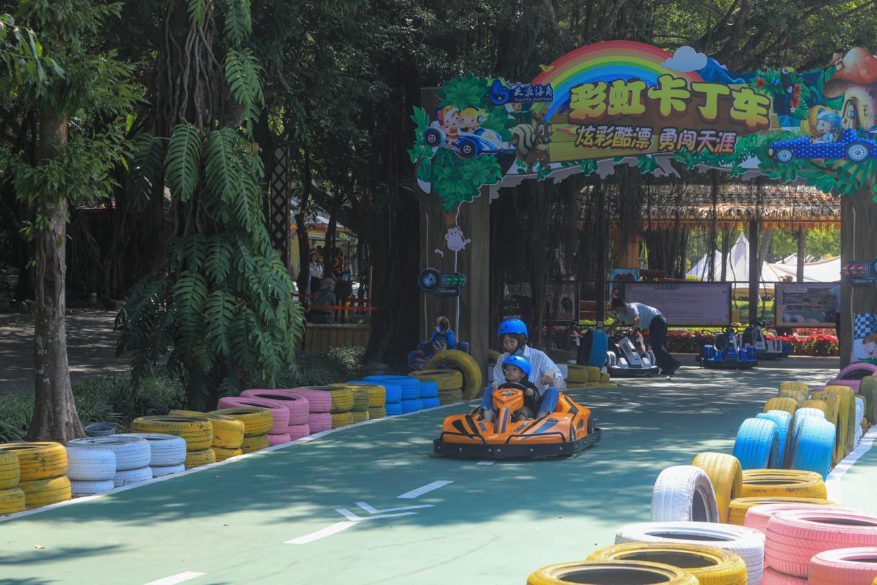 图:春节假期,游客在天涯海角体验彩虹卡丁车