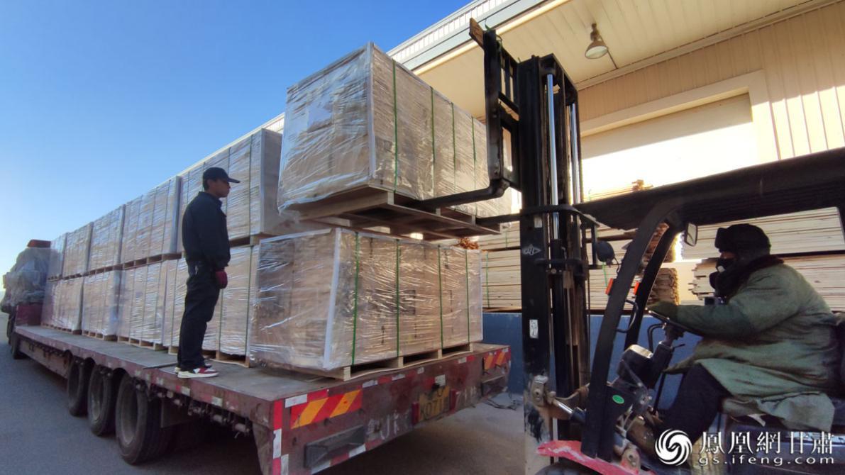 兰州新区综合保税区内,集成材智能加工项目订单化生产的基础产品供应国外市场。肖刚 摄