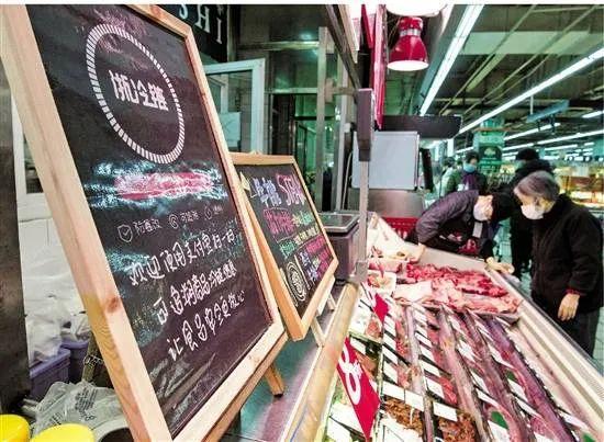 """杭州联华超市内设置标牌提醒顾客使用""""浙冷链""""溯源码。浙江日报记者 徐彦 摄"""