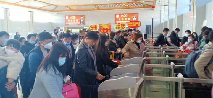 亳州务工人员在亳州南站检票进站。    孙晶宜  摄.jpg