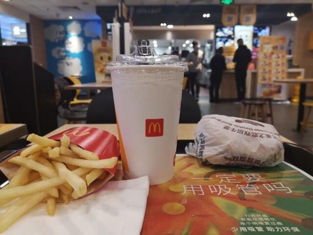 位于南京市建邺区的一家麦当劳门店停用塑料吸管,消费者可通过新型杯盖直接饮用冷饮 新华社记者 朱筱 摄