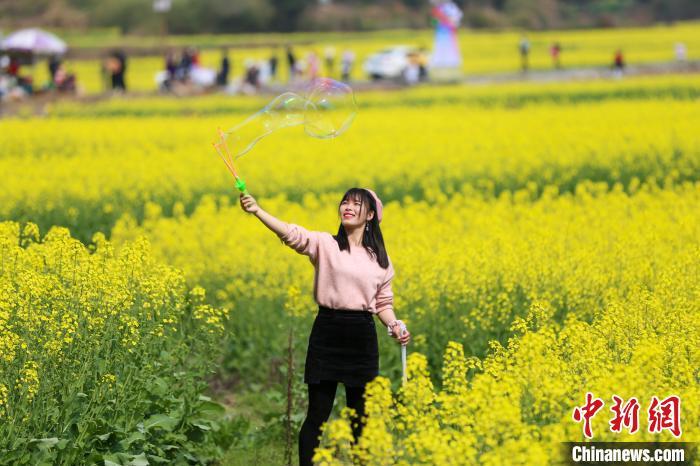 2月21日,游客在江西省万安县田北农民画村景区游玩。 邱哲 摄