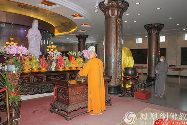 道慈大和尚每至一处均上香礼佛(图片来源:凤凰网佛教 摄影:普陀山佛教协会)