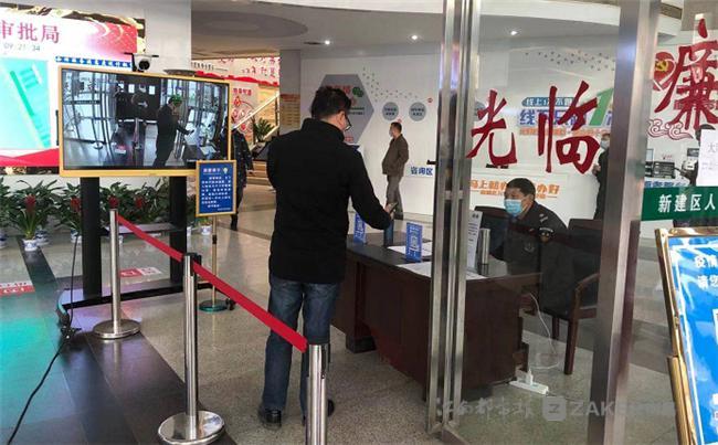 ▲ 南昌新建区行政审批局加强疫情防控。