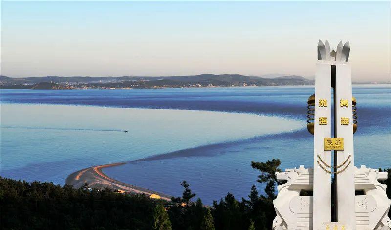 长岛县长山尾,从山脚延伸入海里的卵石滩,由阔而尖,弯曲飘逸似长尾而得名