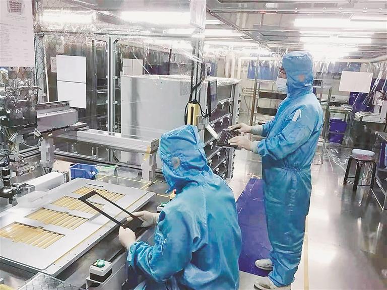黑龙江天有为电子有限责任公司生产线技术人员在工作中。 资料片