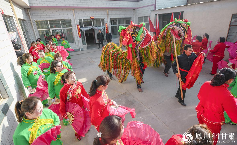 """舞狮队、秧歌队和锣鼓队进入星级文明户标兵家庭,以中华传统""""闹""""新春的方式为获奖家庭送祝福。杨艺锴 摄"""