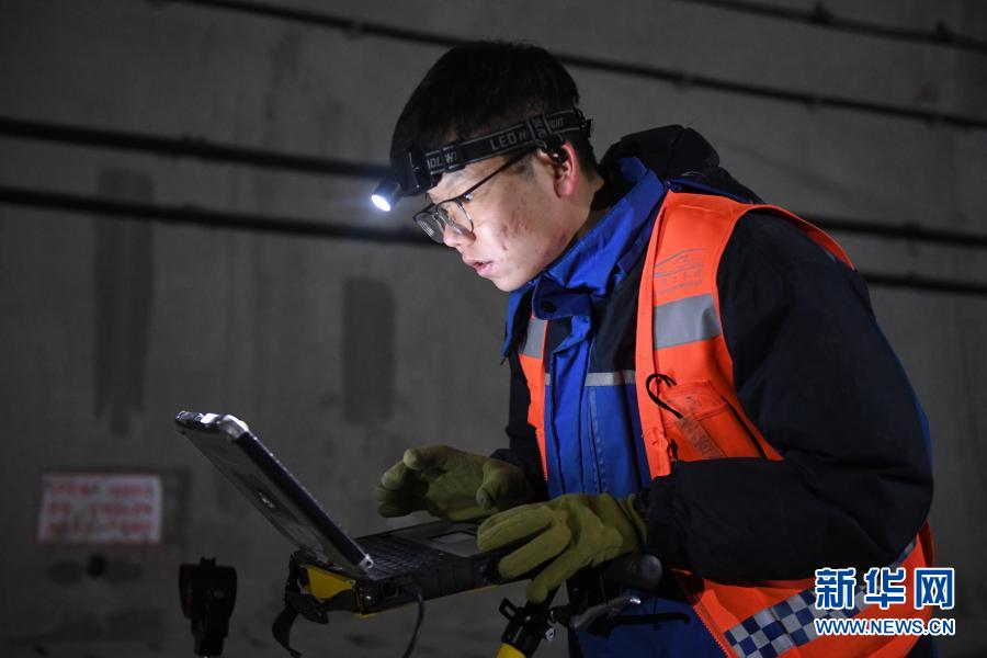 2月21日,工人通过轨检小车进行轨道检查任务。新华社记者 张曼怡 摄
