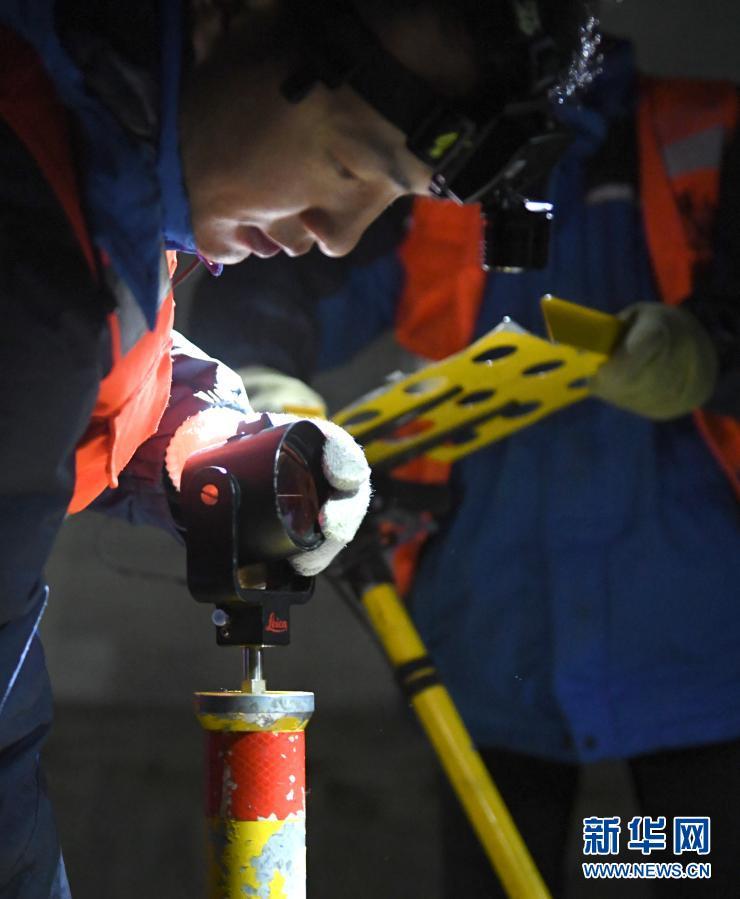 2月21日,铁路工人在安装检查设备。新华社记者 张曼怡 摄