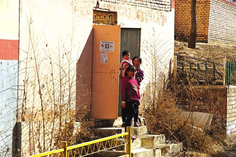沿线居民在门口看火车