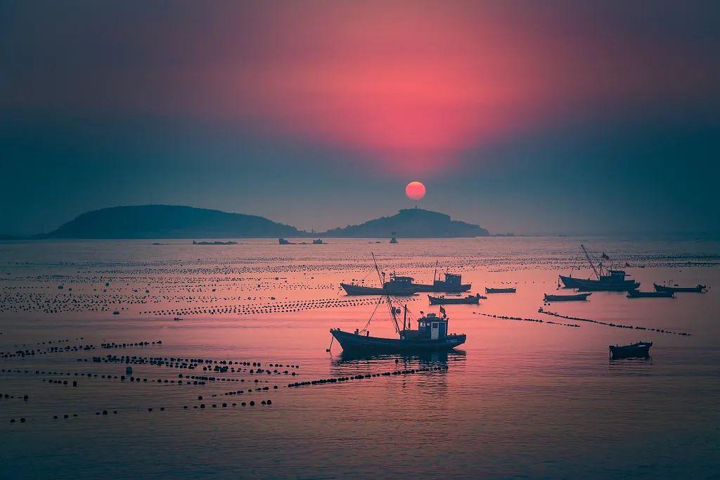 朝霞中的渔港