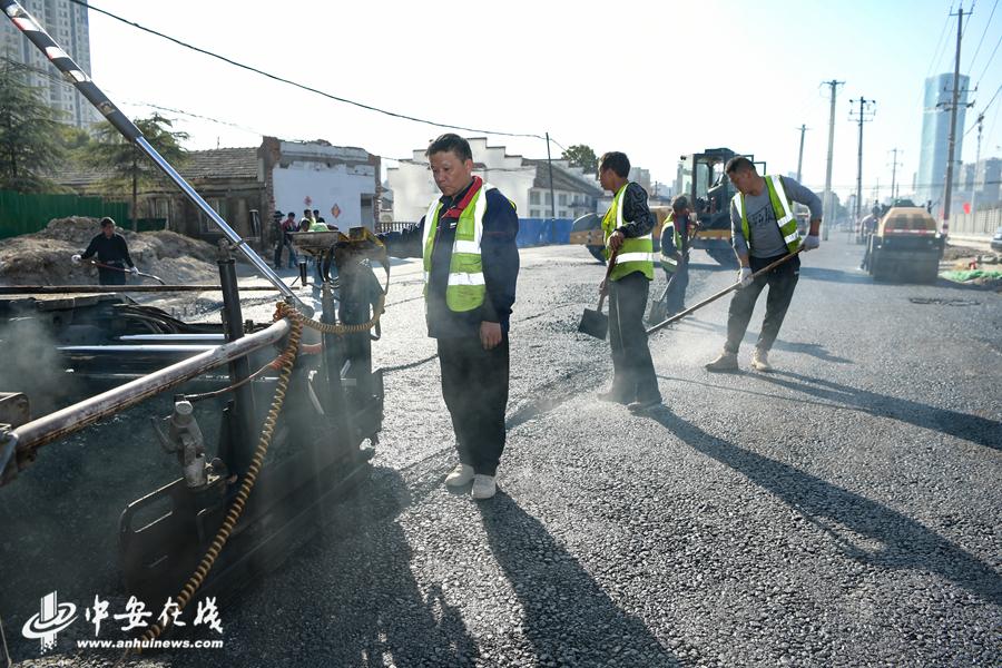 南二环导改路正在进行沥青的铺设