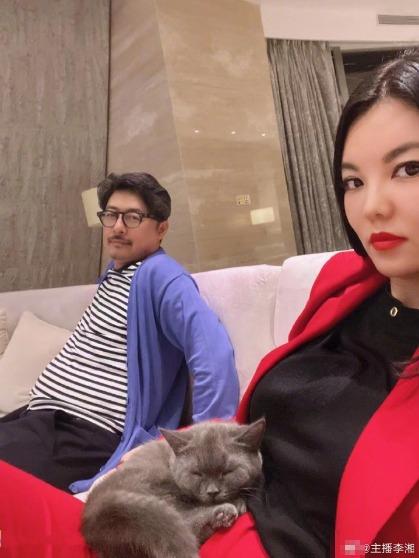 懒理退租事件风波,李湘晒老公与爱猫合照心情好
