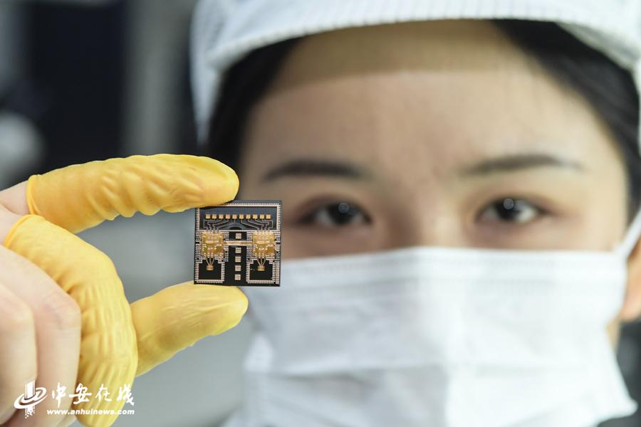 研发人员展示安徽造77GHz毫米波芯片