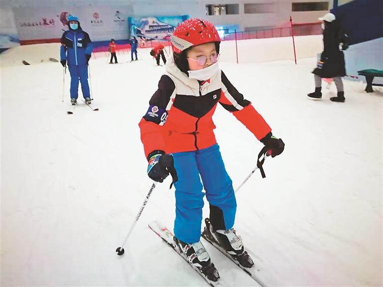 艾冠宇在学习滑雪。