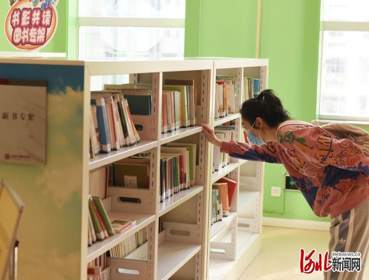 2021年2月22日,市民在石家庄图书馆挑选书籍。河北日报记者史晟全摄影报道
