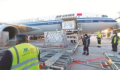 图为2月19日,在白俄罗斯首都明斯克,机场工作人员从飞机上卸载中国政府援助的新冠疫苗。新华社发(任科夫 摄)