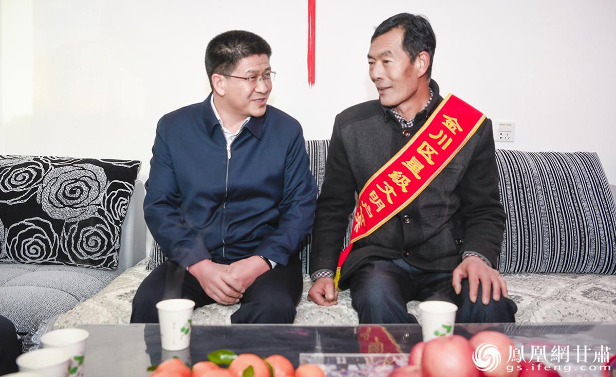 金川区委书记陆世平(左)慰问星级文明户标兵家庭 杨艺锴 摄