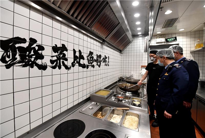 """2月22日,石家庄市桥西区市场监督管理局工作人员在华润万象城一家餐厅内进行""""明厨亮灶""""专项检查。"""
