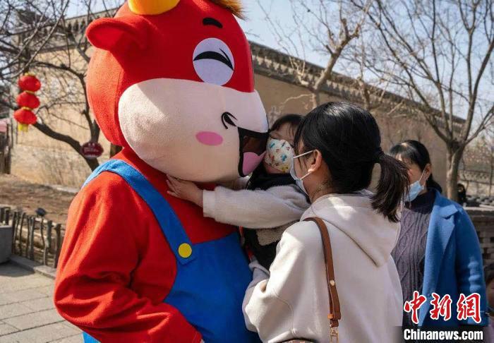 洪洞大槐树精彩纷呈的民俗中国年活动让来自全国各地的游客感受到浓浓亲情。洪洞大槐树景区供图